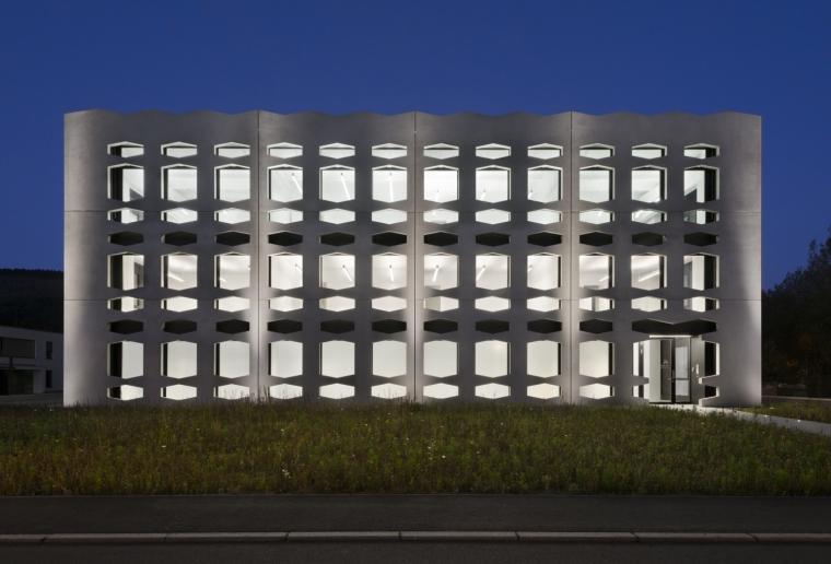 德国纽特拉大楼外部夜景实景图-德国纽特拉大楼第25张图片