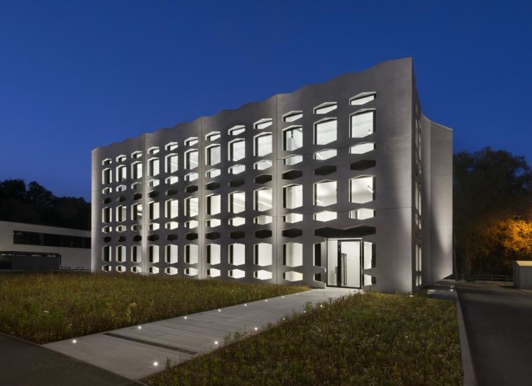 德国纽特拉大楼外部夜景实景图-德国纽特拉大楼第26张图片