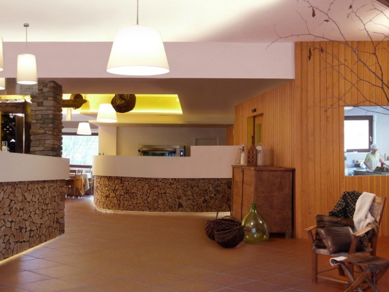 US现代建筑资料下载-意大利淳朴而现代的餐厅