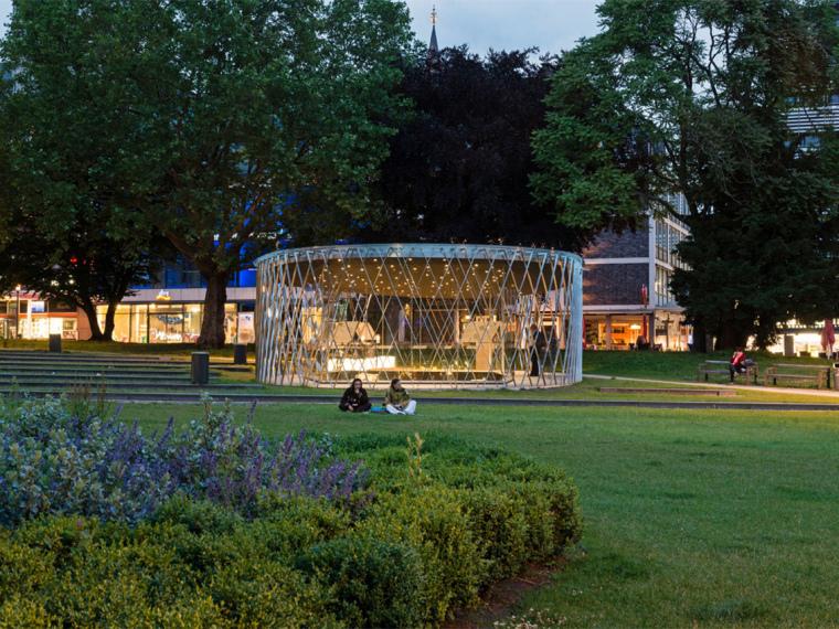 德国亚琛的玻璃状考古亭