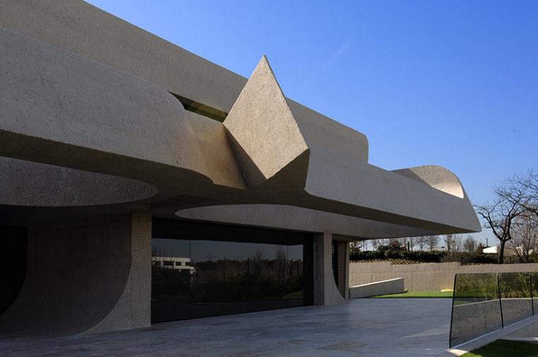 西班牙mocha住宅翻新外部侧面实景-西班牙mocha住宅翻新第9张图片
