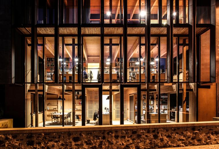 法国勒鲁热综合楼外部夜景实景图-法国勒鲁热综合楼第6张图片