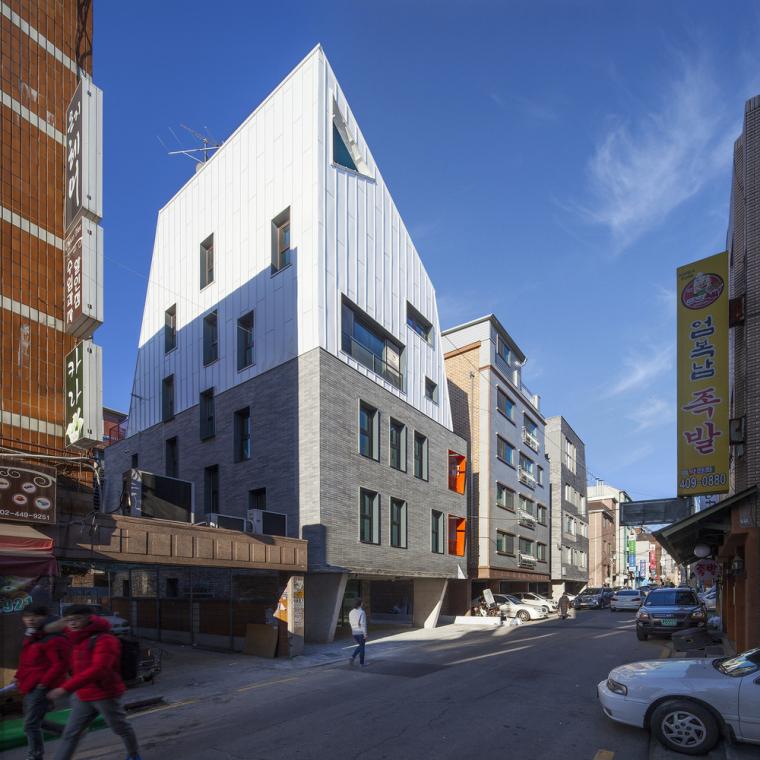韩国砖上的白色边缘混合楼