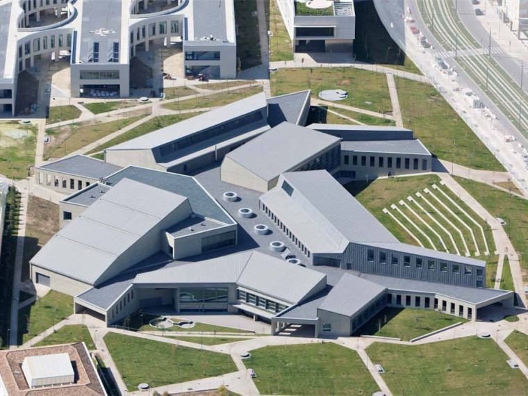 格拉纳达大学医疗科学校区服务大楼