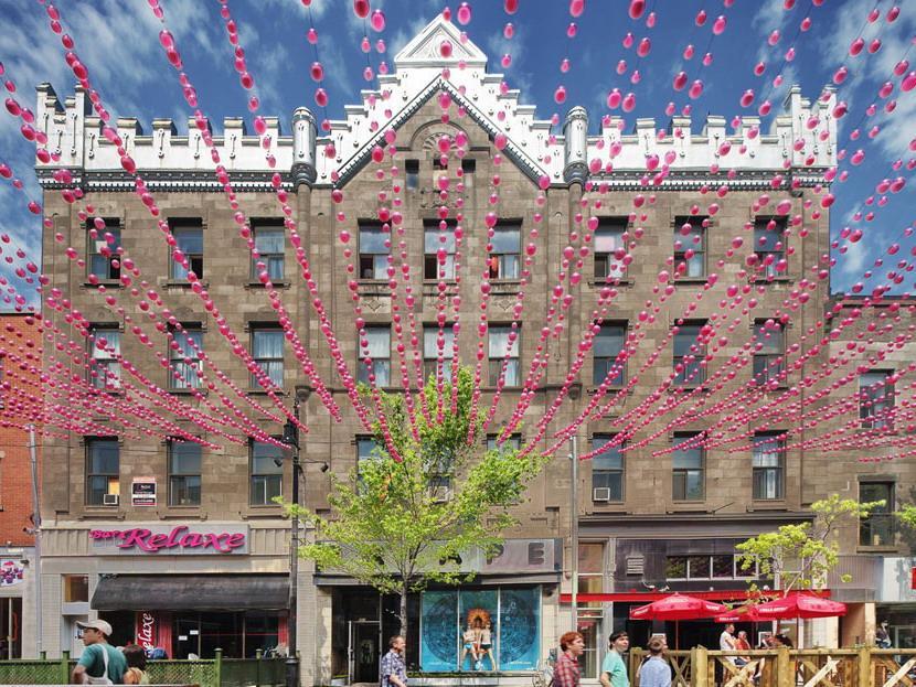 粉红色气球街景