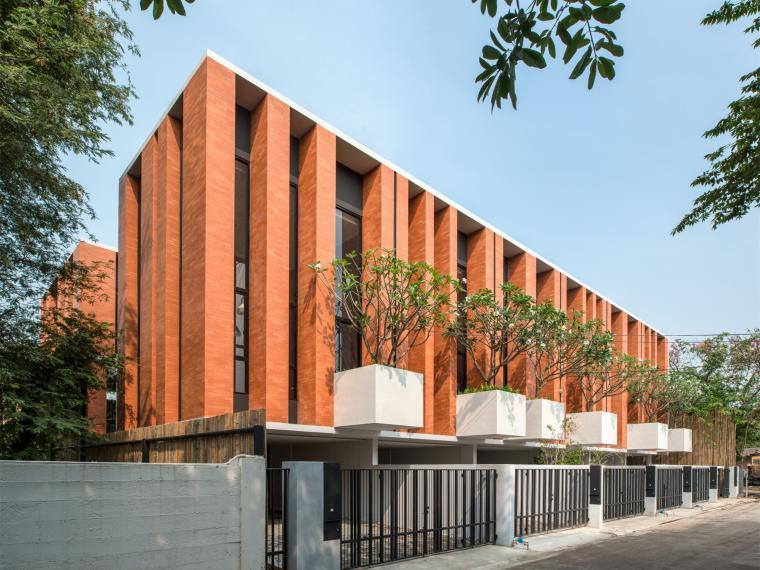 泰国带私人庭院的联体别墅