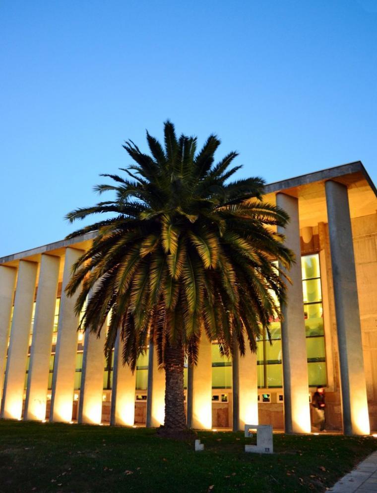 智利U.塔尔卡图书馆外部夜景实景-智利U.塔尔卡图书馆第8张图片