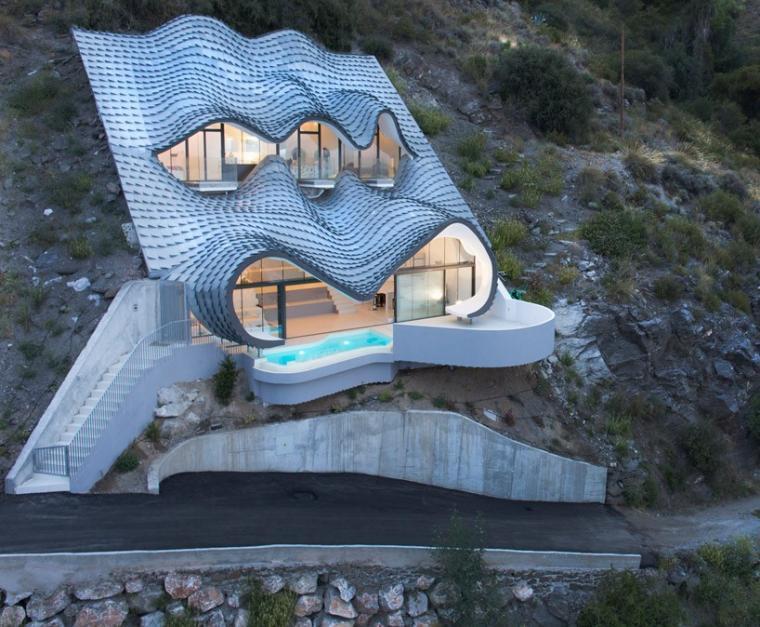 俯瞰地中海的金属鳞片住宅
