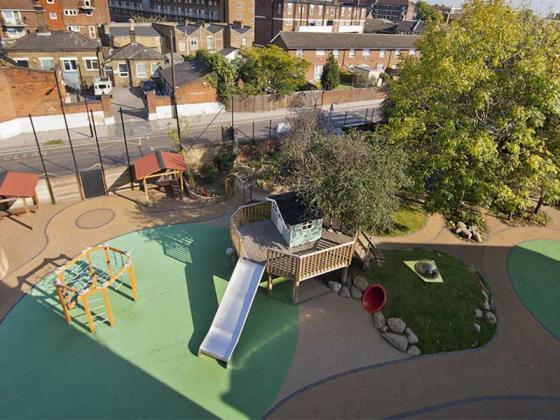 英国Martyrs小学运动场的改造第1张图片