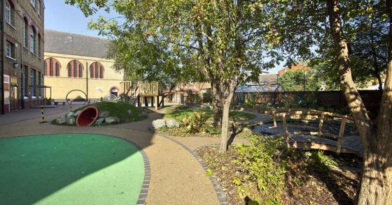 英国Martyrs小学运动场的改造外部-英国Martyrs小学运动场的改造第3张图片