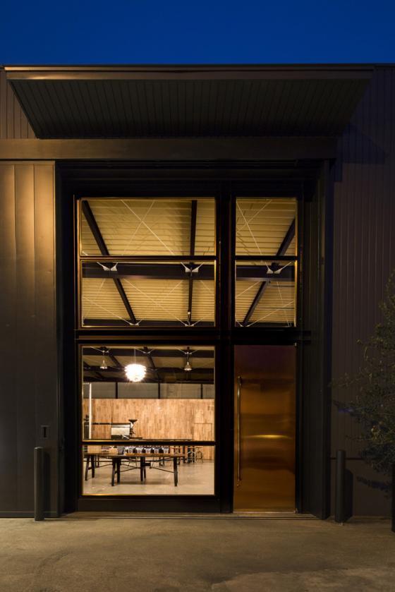日本R艺术咖啡店外部夜景实景图-日本R艺术咖啡店第3张图片