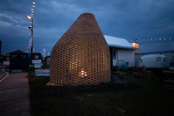 荷兰迷你篝火会场外部夜景实景图-荷兰迷你篝火会场第3张图片