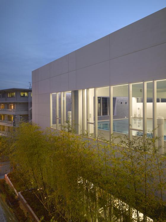 东京水上运动与水疗中心外部夜景-东京水上运动与水疗中心第9张图片