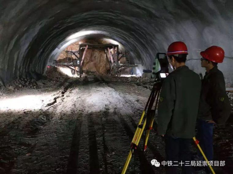 延崇ZT3项目部杏林堡隧道超计划累计完成进尺1000米_1