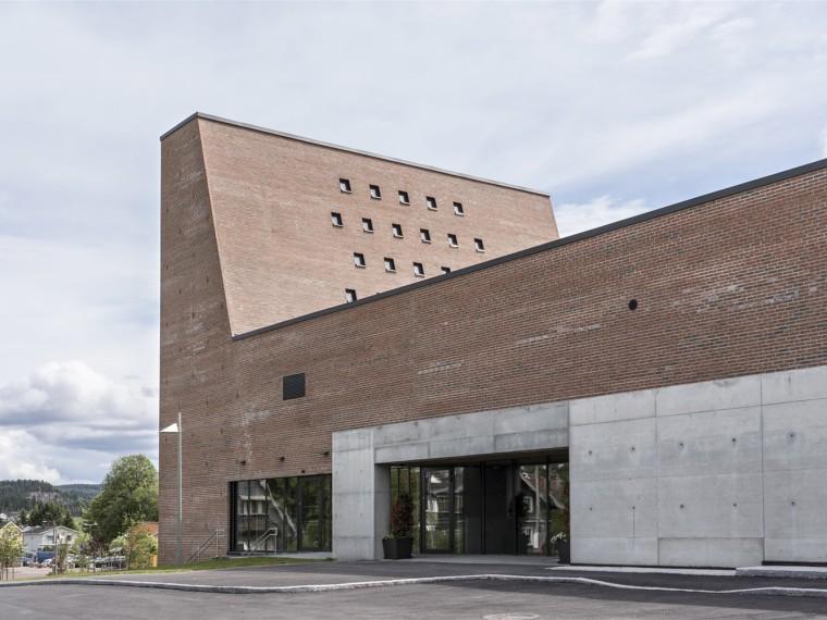 挪威小城的新教堂和文化中心