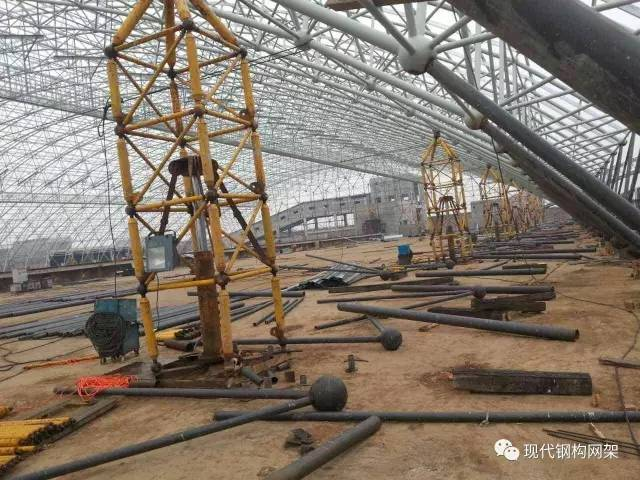[行业资讯]大跨度煤棚焊接球网架液压顶升施工技术_1