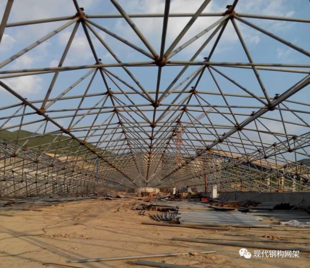 [行业资讯]大跨度煤棚焊接球网架液压顶升施工技术_5