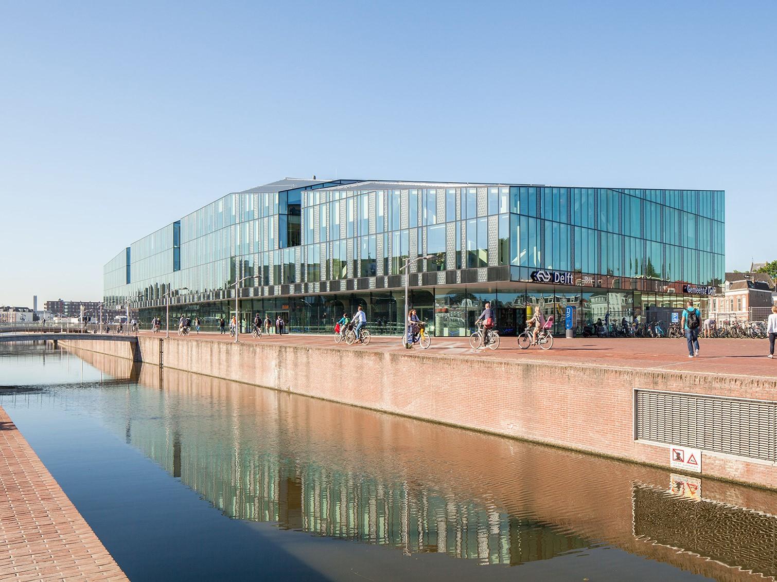荷兰代尔夫特市政厅和火车站