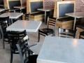 混凝土桌面,地坪和水槽是比萨店的完美组成部分