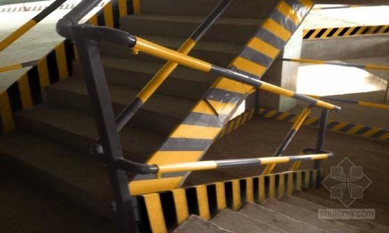 [广西]建筑工程安全文明施工标准化管理手册(2014年图文并茂)-楼梯临边防护实例