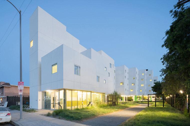 VOC工程资料下载-美国锯齿条状的波峰公寓