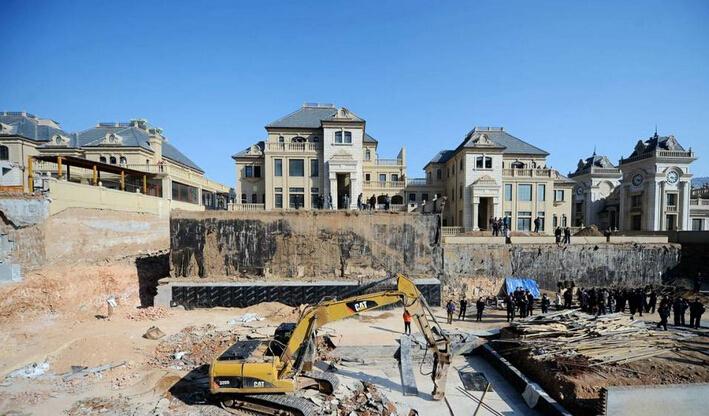 别墅私建4千平地宫,警方出动百人拆除