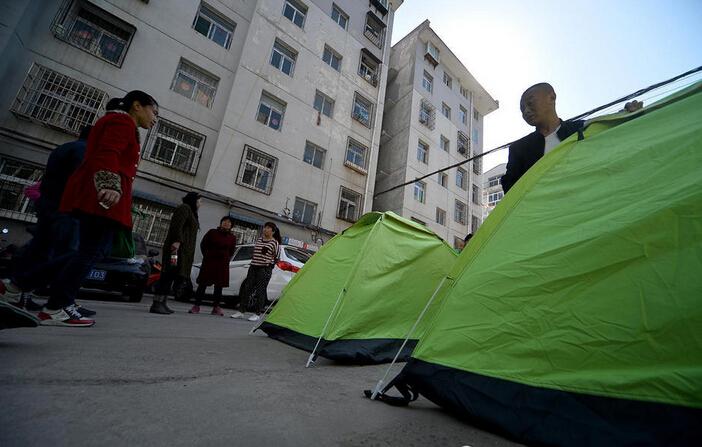 太原:住宅楼墙体开裂,居民搭帐篷避险_1