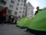 太原:住宅楼墙体开裂,居民搭帐篷避险