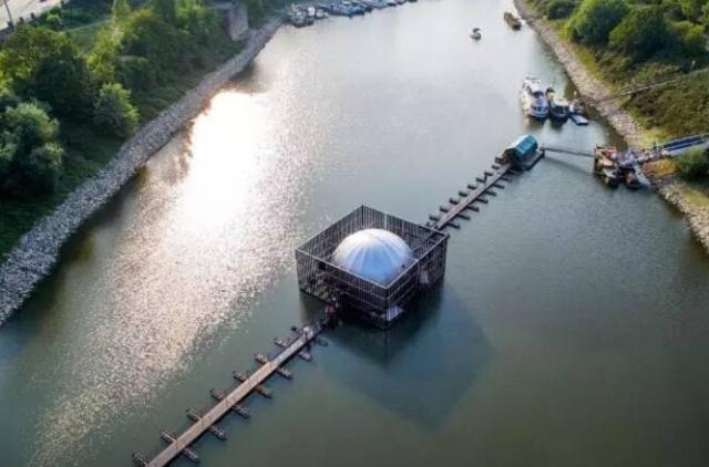 """德国杜伊斯堡市莱茵河上""""可移动穹顶浮桥"""""""