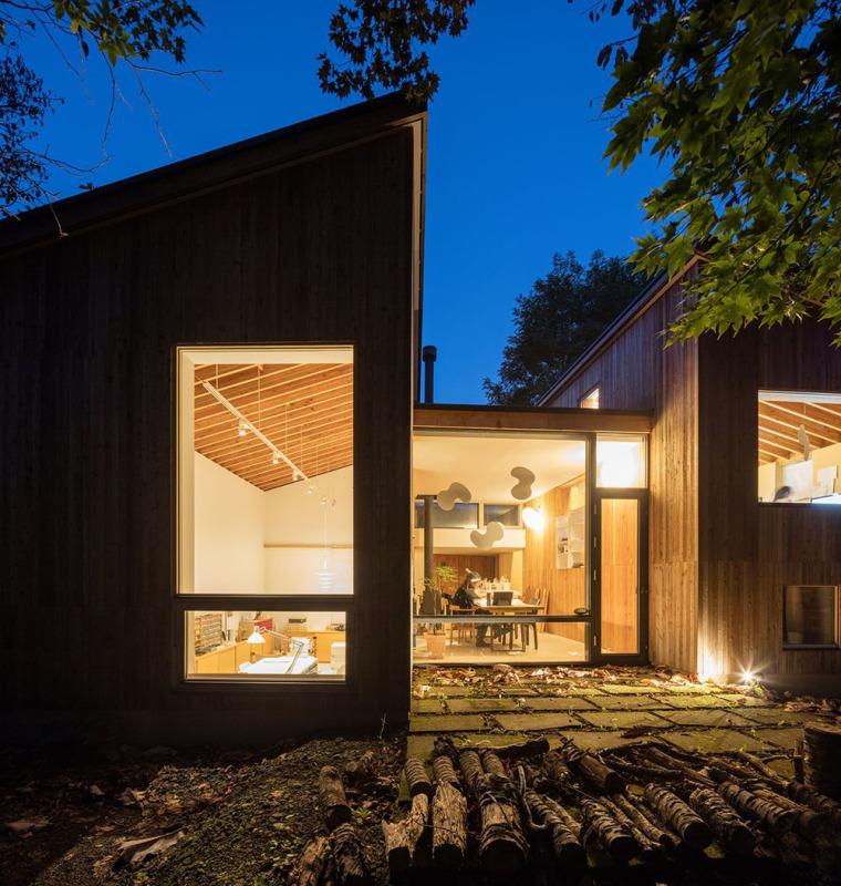 日本多层次空间木结构办公建筑外部夜景实景图 (7)