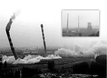 """南京巨大冷却塔像纸板一样坍塌,烟囱""""硬撑""""5秒歪倒!_1"""