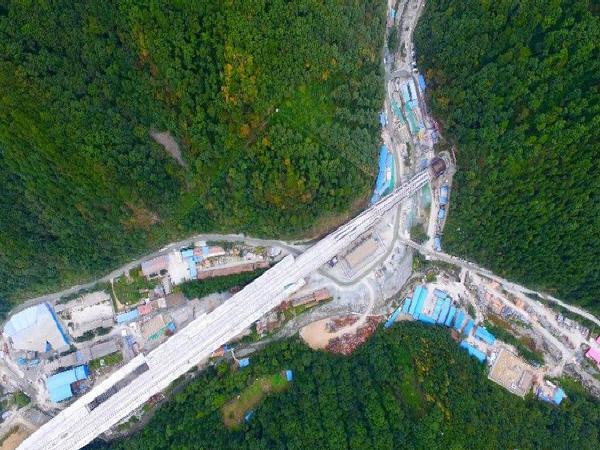 国内首条穿越大秦岭高速铁路隧道贯通