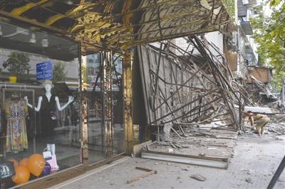 成都草市街5间铺面店招垮塌原定当晚维护