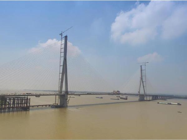 世界最大跨径钢混叠合梁斜拉桥正式合龙