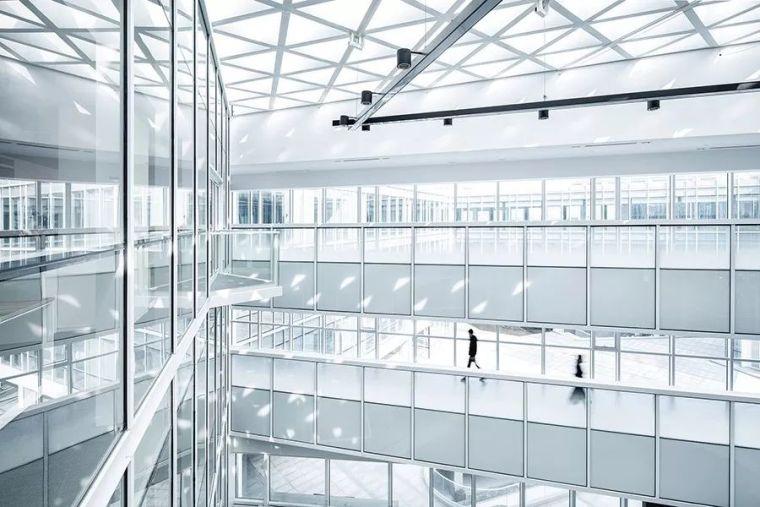 一座纯白的办公大楼,美成了无数道光