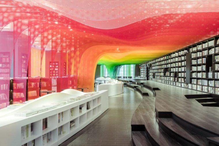 穿孔铝板/迈饰穿孔网板营造的梦幻彩虹书店