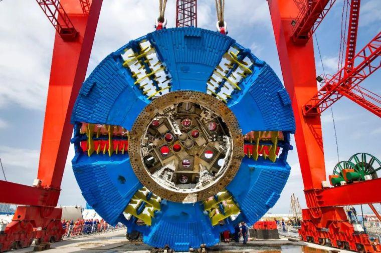 汕头海湾隧道最新进展,570吨盾构机刀盘下井!_2
