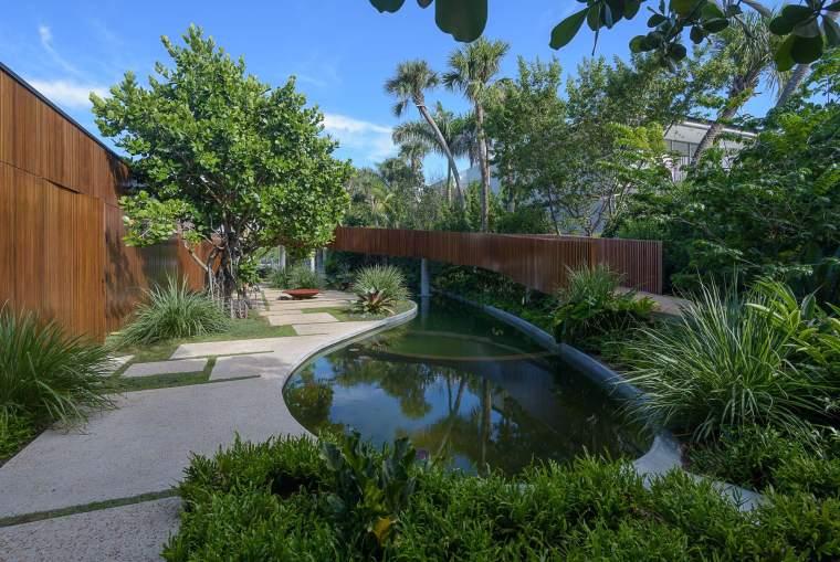 带有曲线走道的自然花园
