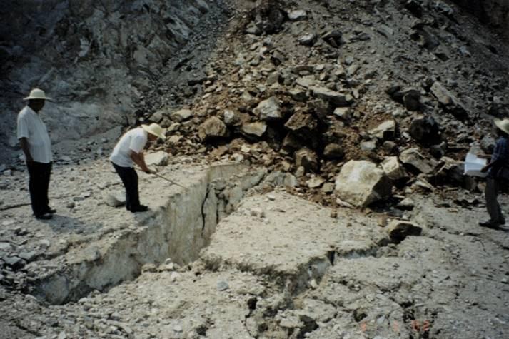 高边坡工程勘察设计培训讲义-花岗岩中长100多m、宽80cm的张裂缝