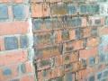 关于烧结页岩多空砖墙遇水后泛出铁锈污染表面的处理方法?