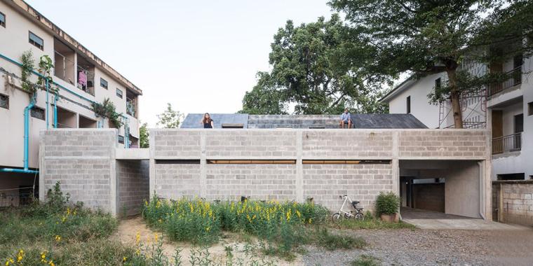 泰国设有阶梯式屋顶露台Fuzzy住宅