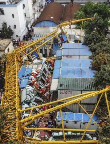 从东莞工地龙门吊倒塌事故看塔机如何安全施工