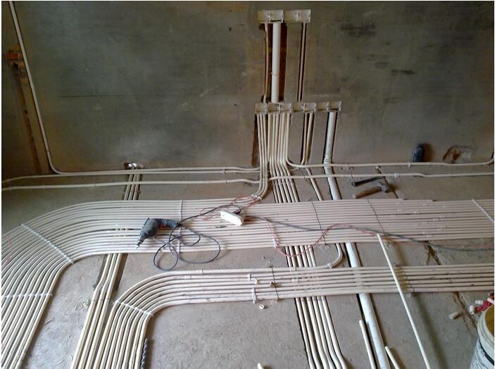 旧房翻新时暗装电线想换新电线,为什么老电线抽不出来