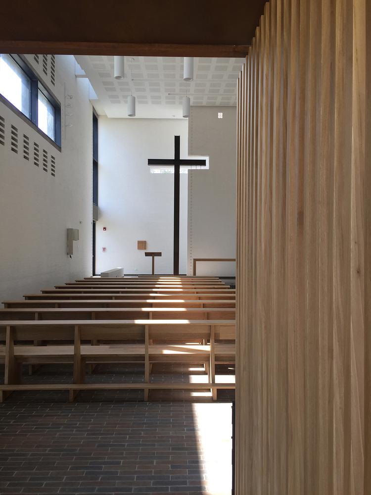 白色的圣塞西莉亚社区教堂-17