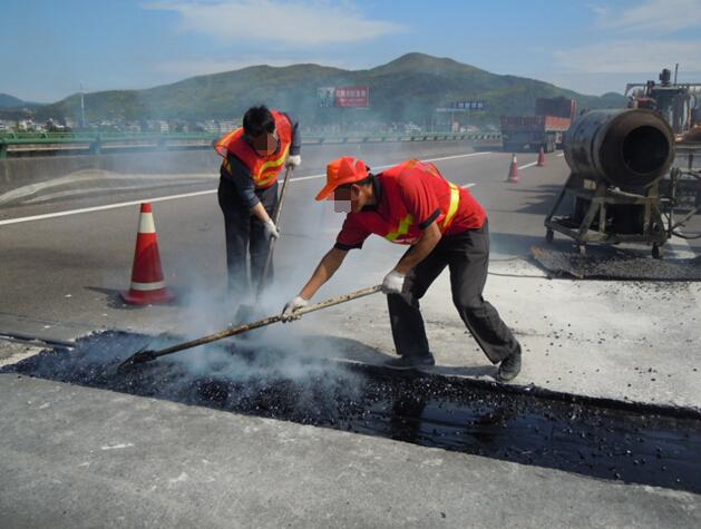 水泥路面混凝土板块裂缝是什么原因?怎么处理?