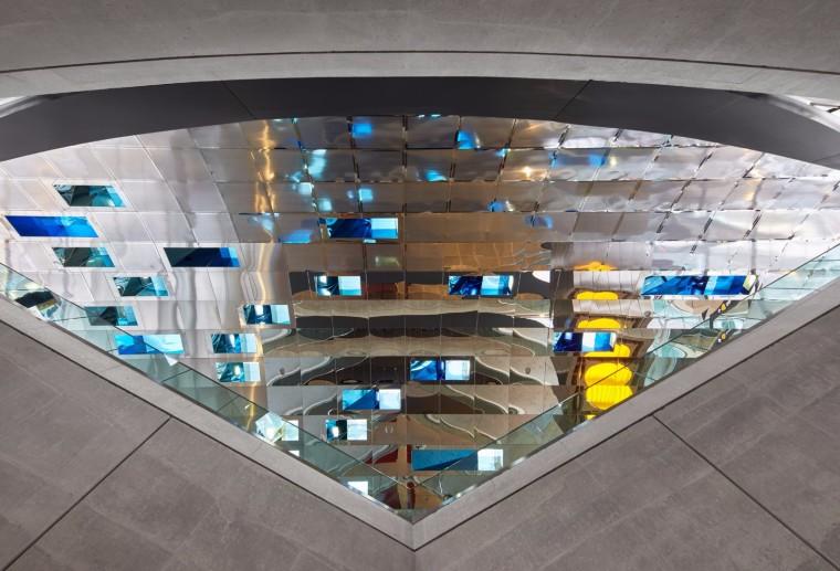 弧形镜面天花板内的地铁站-13