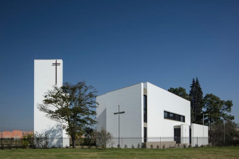 白色的圣塞西莉亚社区教堂