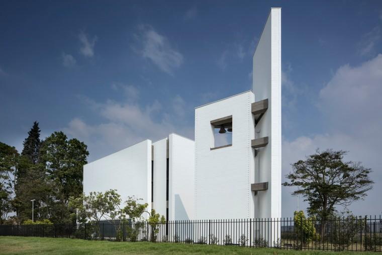 白色的圣塞西莉亚社区教堂-7