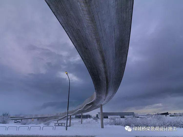 线条流畅的混凝土人行天桥-冰岛之桥