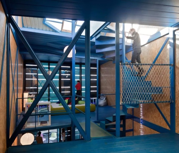 蓝色钢架组装的家~庭办公室 / CARLOS ARROYO ARCHITECTS